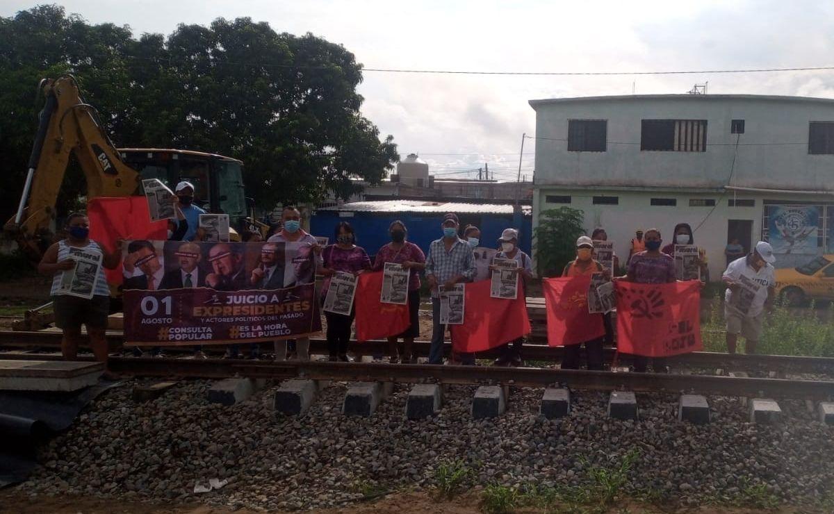 Protestan en vías del tren en Salina Cruz, Oaxaca; exigen información del Corredor Interoceánico