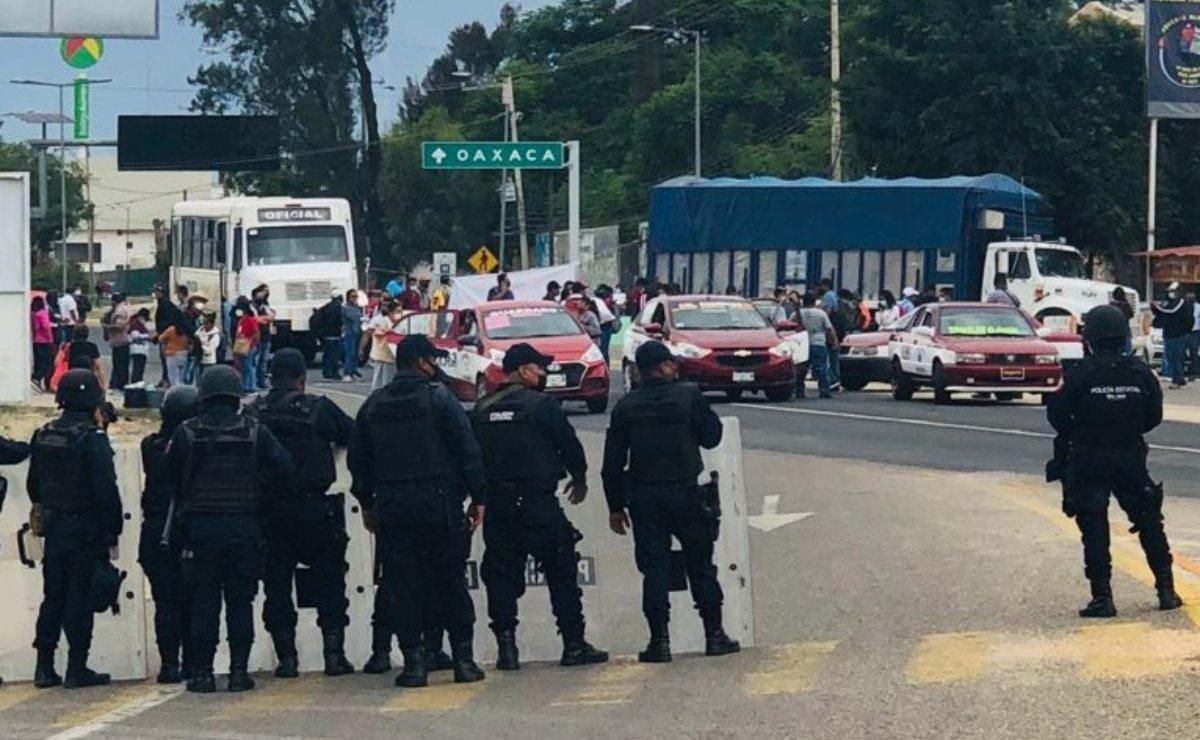 """Normalistas bloquean aeropuerto de Oaxaca en tercer día de protestas; """"sus peticiones fueron atendidas"""": IEEPO"""