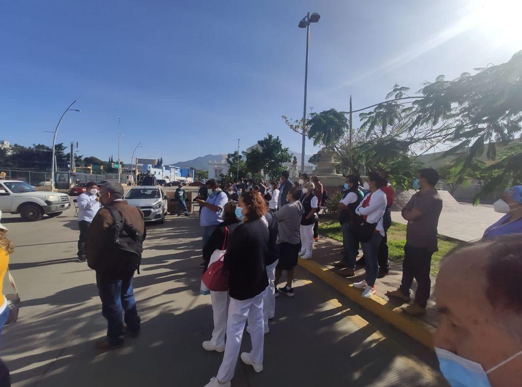Familiares de pacientes se suman a protestas de trabajadores del Hospital Civil de Oaxaca, por falta de medicinas