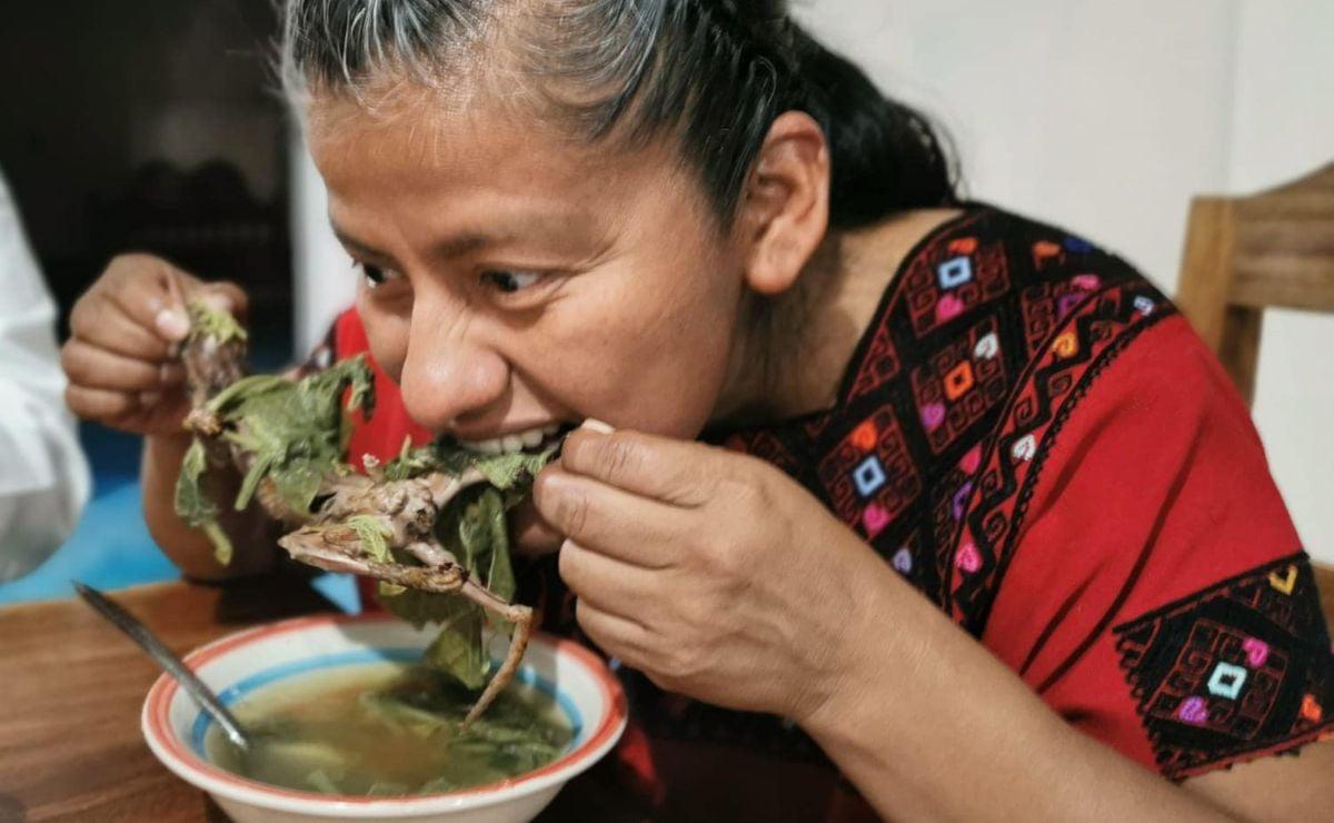 Diputada de Oaxaca come rata de monte, platillo ancestral de Chiapas
