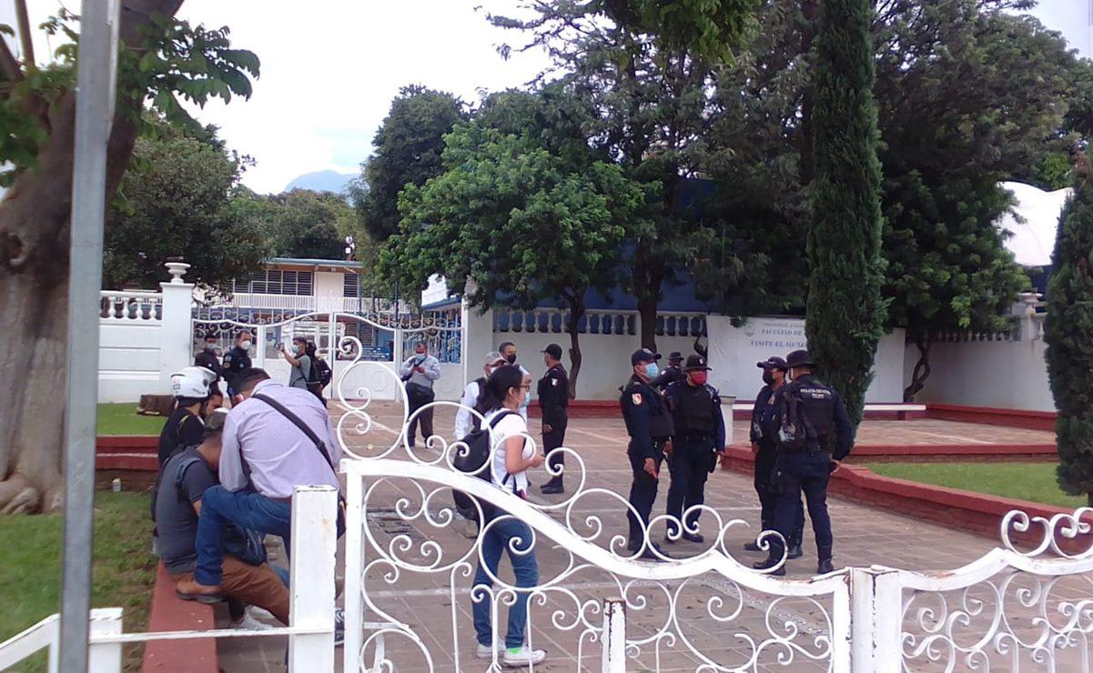 """Estudiantes se confrontan en Facultad de Medicina de la UABJO; """"se salió de control"""": Policía Estatal"""