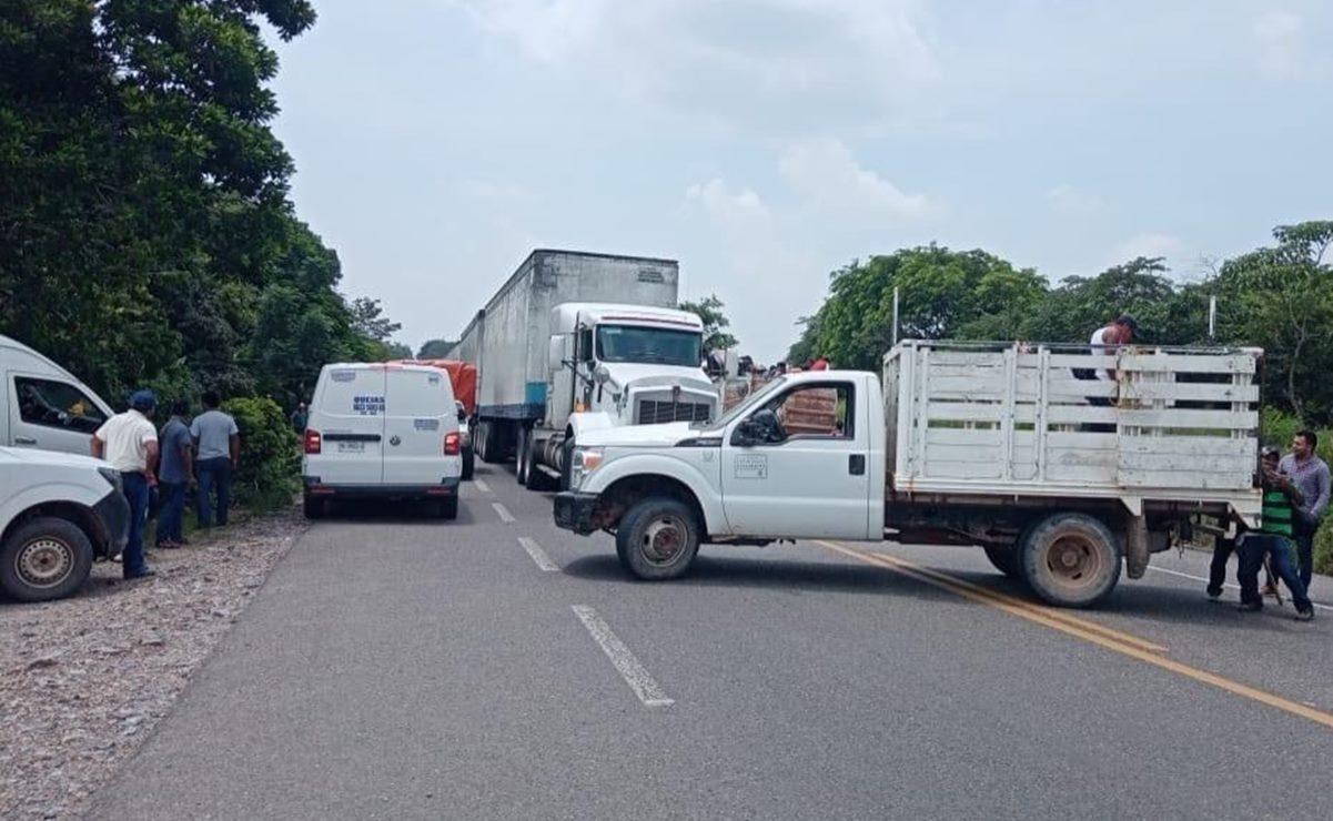 Pobladores mixes bloquean paso de Oaxaca a Veracruz; exigen que edil entregue recursos federales