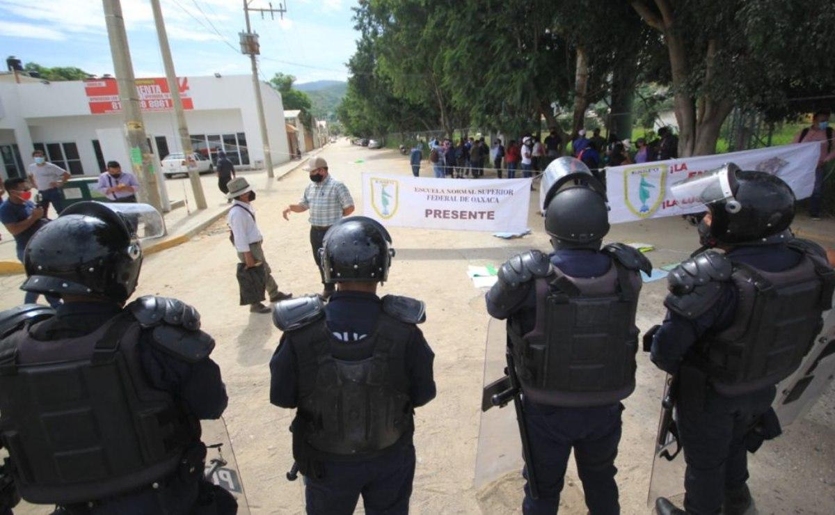Con operativo policial, frustran bloqueo de normalistas en  crucero del Aeropuerto Internacional de Oaxaca