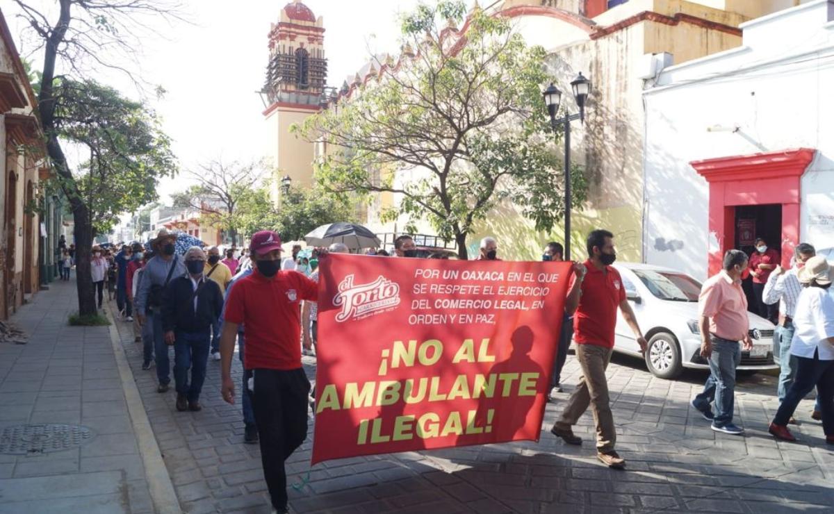 Locatarios de mercados tradicionales de Oaxaca protestan contra ambulantes; bloquean calles del centro