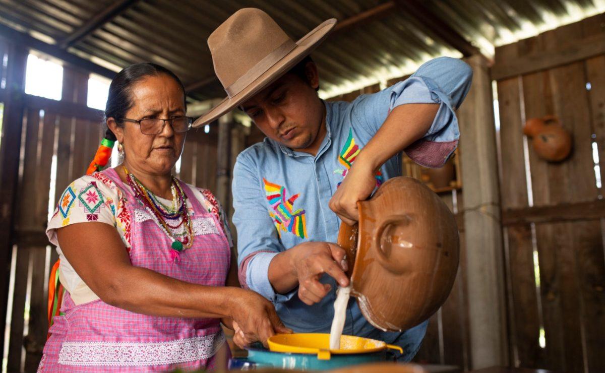 """""""La tradición salió de un fogón"""": madre e hijo mantienen viva la herencia culinaria de Miahuatlán, Oaxaca"""
