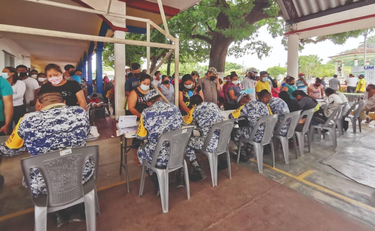 Desorden y 17 horas de espera : Vacunación universal en pueblos de Oaxaca rebasa a militares