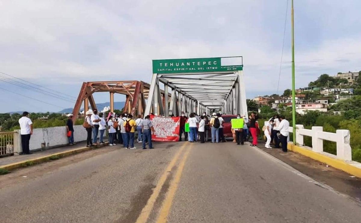 Protestan trabajadores por invasión de área verde de Centro de Salud ampliado en Tehuantepec