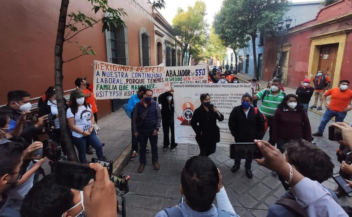 Protestan en Casa del Gobierno de Oaxaca por despido de 38 trabajadores eventuales de los SSO