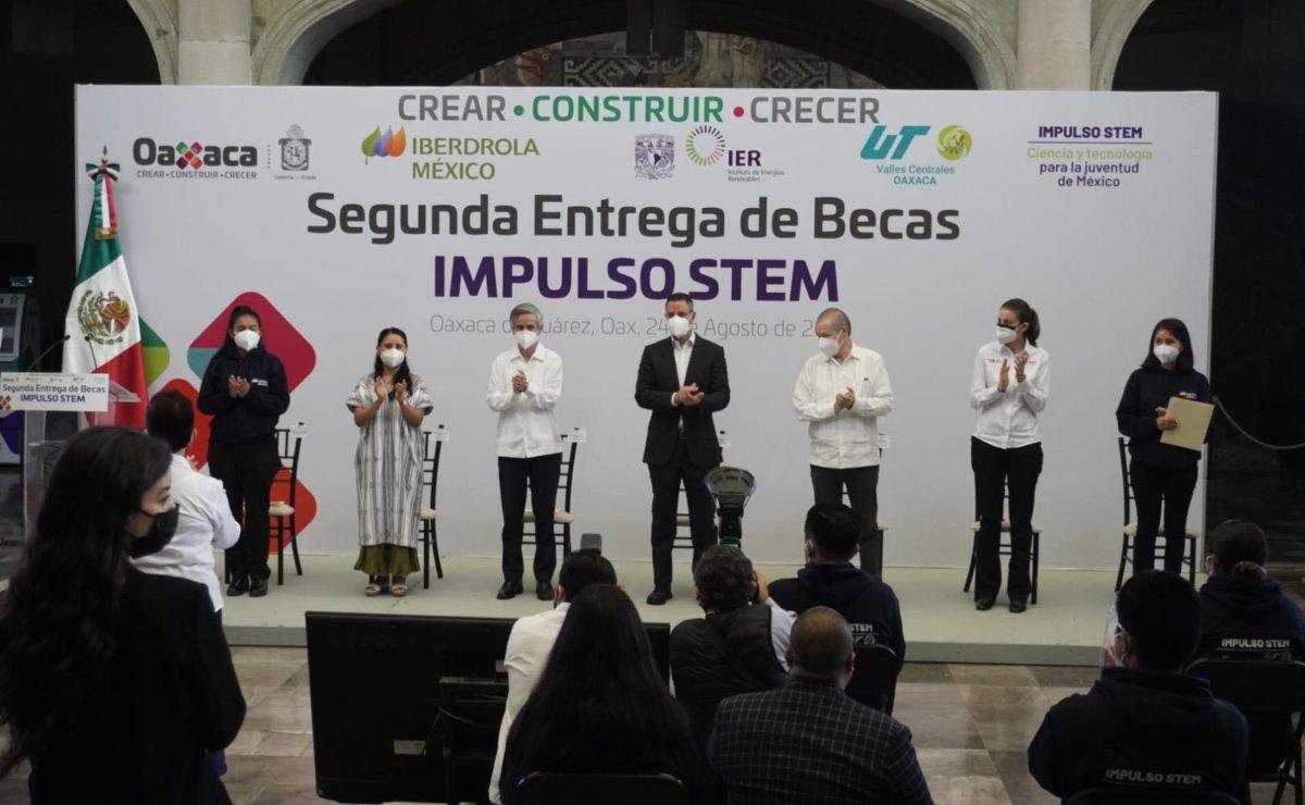Entrega Murat becas a jóvenes de Oaxaca para que estudien carreras de Ciencia y Tecnología