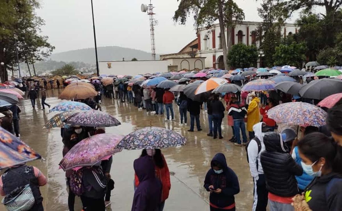 Miles de jóvenes esperan vacuna bajo la lluvia en Tlaxiaco, Oaxaca; mal clima impidió transportación aérea