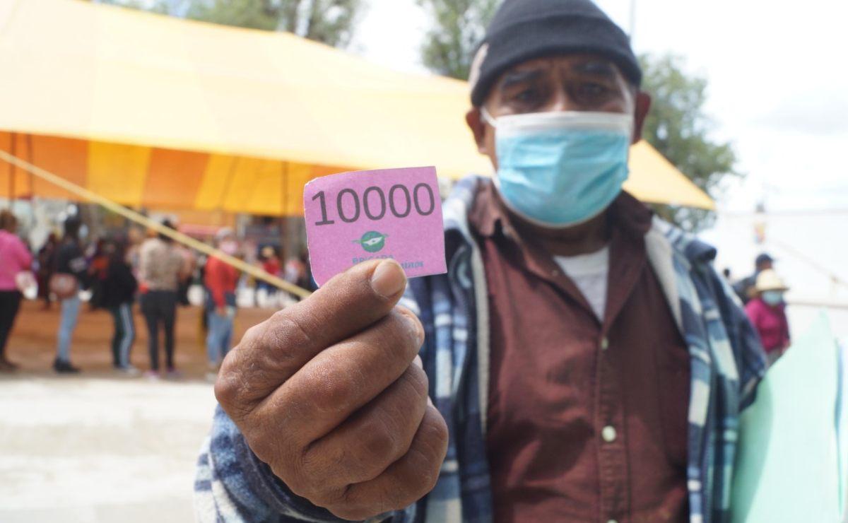 Al borde: Más de 10 mil personas esperan durante cuatro días su vacuna en Tlaxiaco, Oaxaca