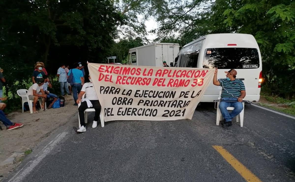 Pobladores de San José Manialtepec bloquean carretera a Puerto Escondido; Segego llama al diálogo