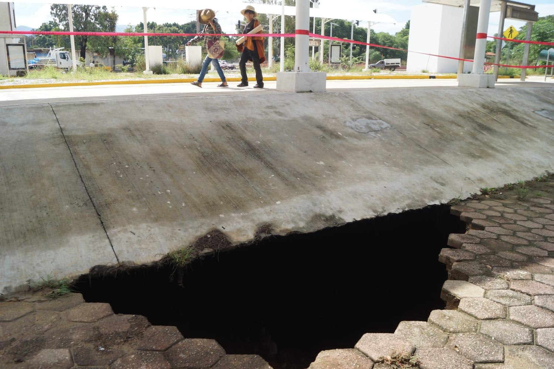 Dejan lluvias al menos tres socavones en la capital de Oaxaca; personal especializado evalúa riesgos