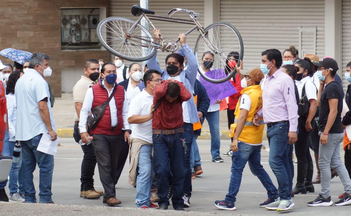 """Protestan trabajadores de la Salud de Oaxaca contra despidos """"injustificados"""" de empleados eventuales"""