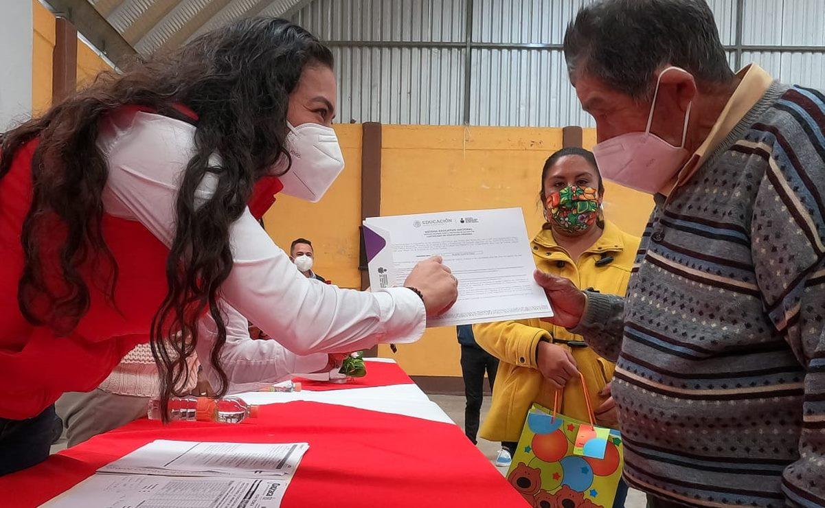 Adultos mayores de la Mixteca de Oaxaca concluyen con éxito la primaria y secundaria