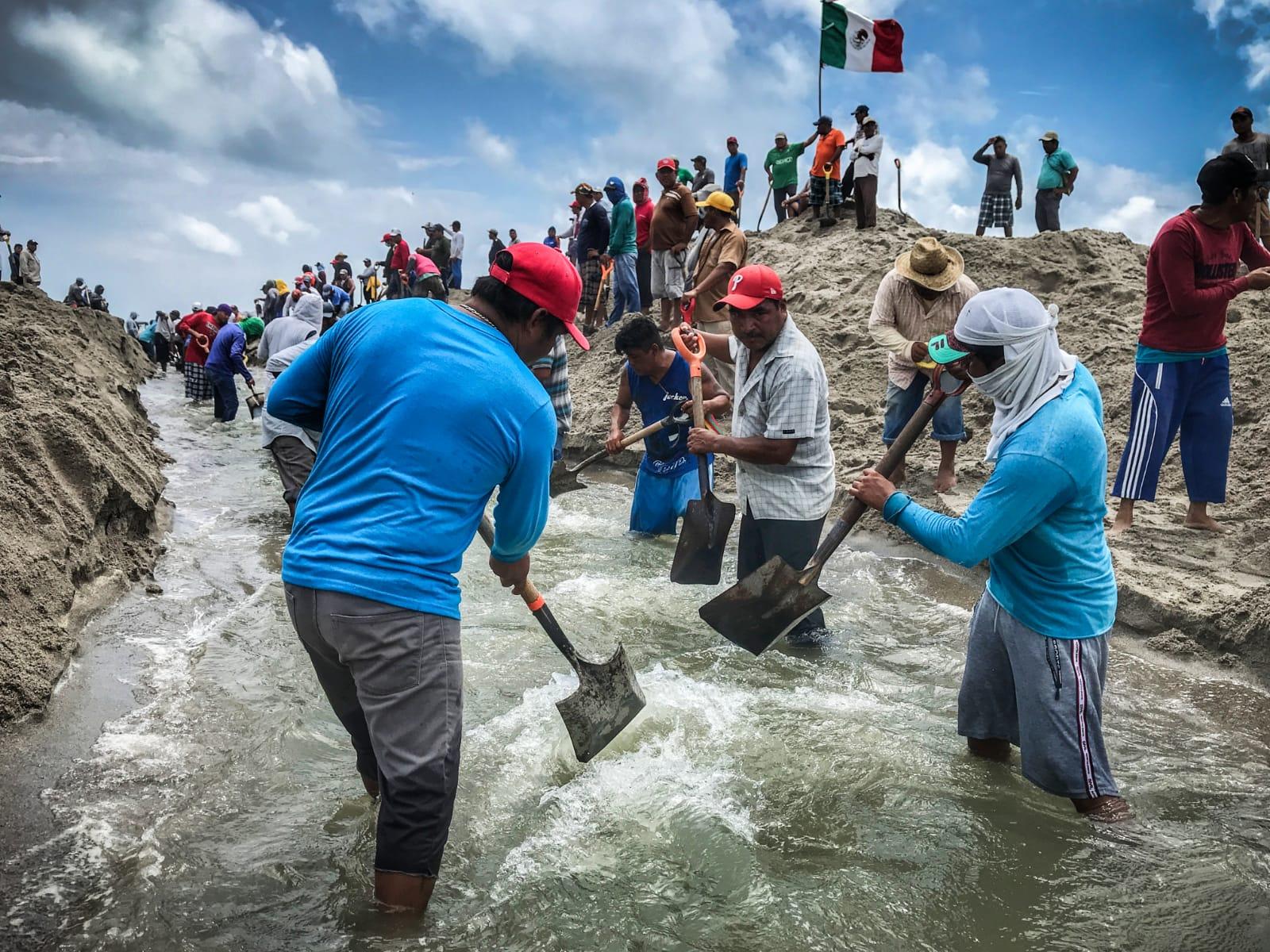Habitantes ikoots y pescadores se unen para abrir bocabarra y drenar inundación en San Dionisio del Mar, Oaxaca