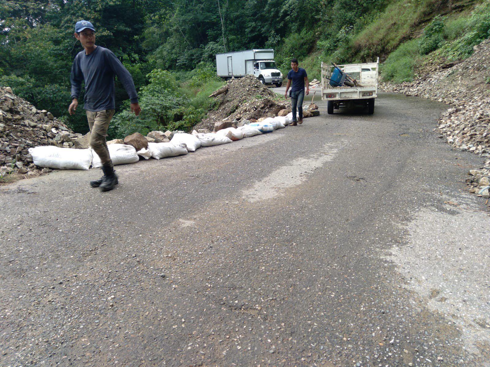 Tres ediles de la Costa de Oaxaca piden a AMLO pavimentar carretera que reconstruyen desde hace 37 años