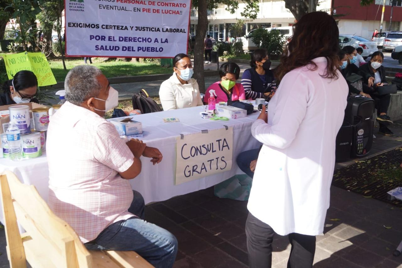 Trabajadores de Salud sin sindicato protestan con consultas gratuitas en Oaxaca; piden entrar a mesa de diálogo