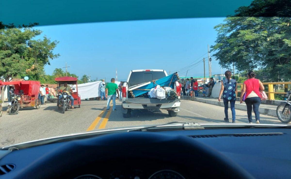 Zoques de los Chimalapas, Oaxaca, bloquean carretera a Chiapas; exigen entrega de recursos