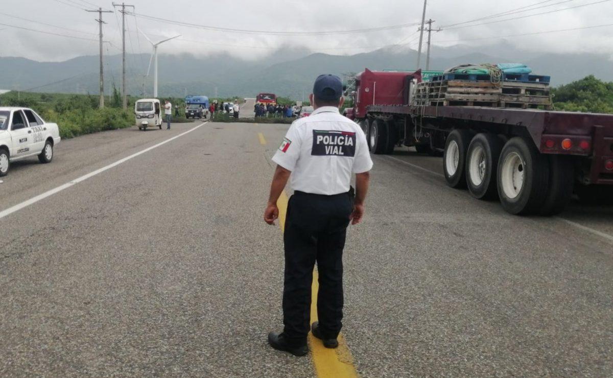 Se suman más comunidades zoques de Oaxaca a bloqueos carreteros; piden claridad en uso de recursos