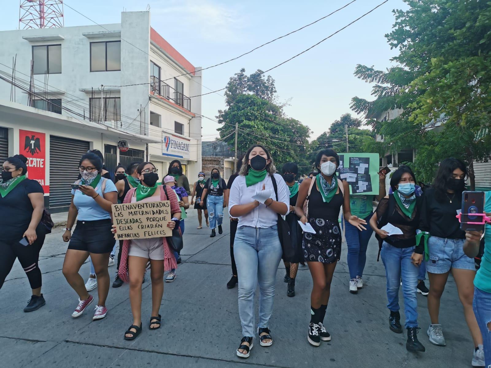 Marchan jóvenes zapotecas en Juchitán por el Día Internacional de la Despenalización del Aborto
