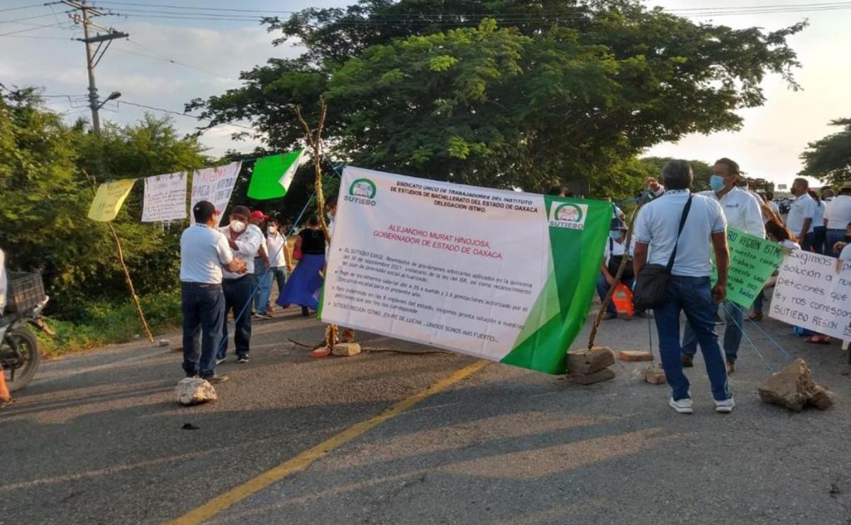 """Bloquean trabajadores del Sutiebo carretera federal en Juchitán, Oaxaca; acusan impuestos """"improcedentes"""""""