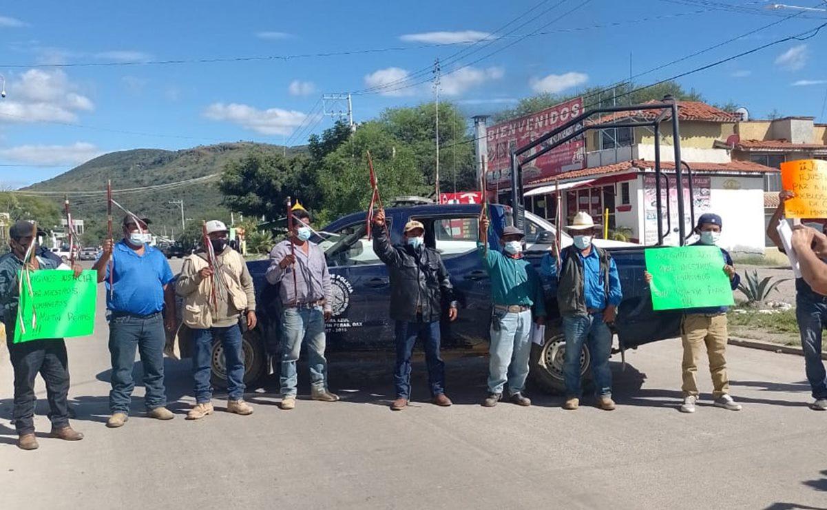 Comunidad de San Martín Peras bloquea carretera a Oaxaca; exigen justicia para autoridades asesinadas