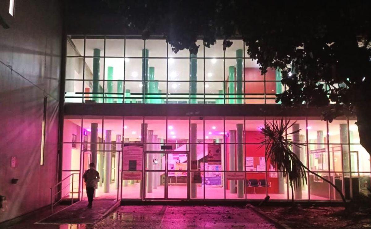 Iluminan de rosa unidades médicas del IMSS Oaxaca, para sensibilizar sobre el cáncer de mama