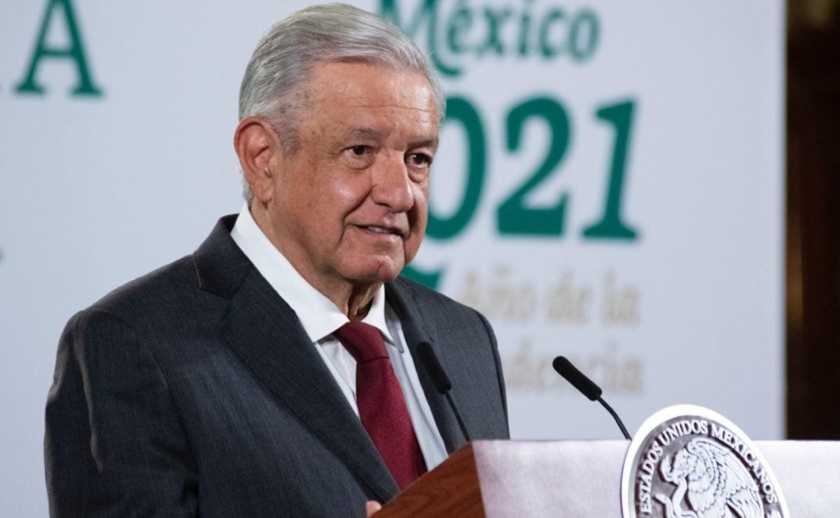 """Destinará Federación 3 mil mdp para caminos municipales de Oaxaca en 2022; """"terminaremos todos"""": Obrador"""