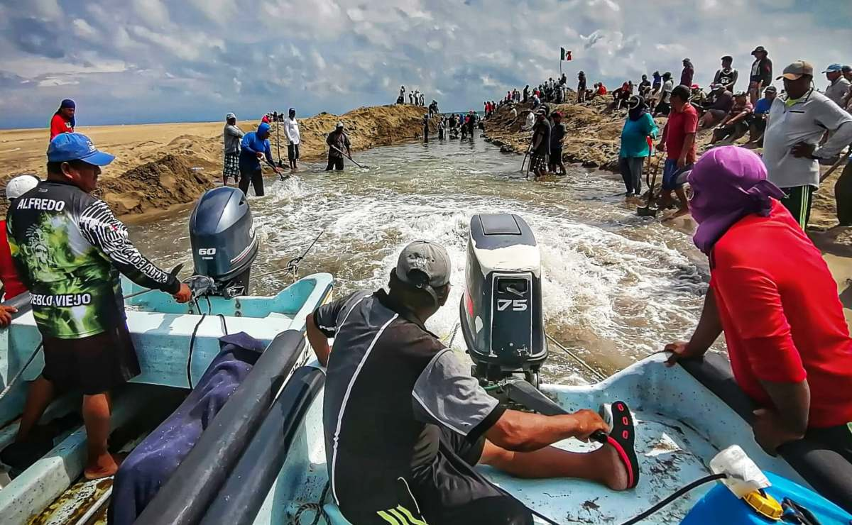 Bloquean pescadores ikoots la carretera Panamericana en Oaxaca; piden liberación de 16 mdp