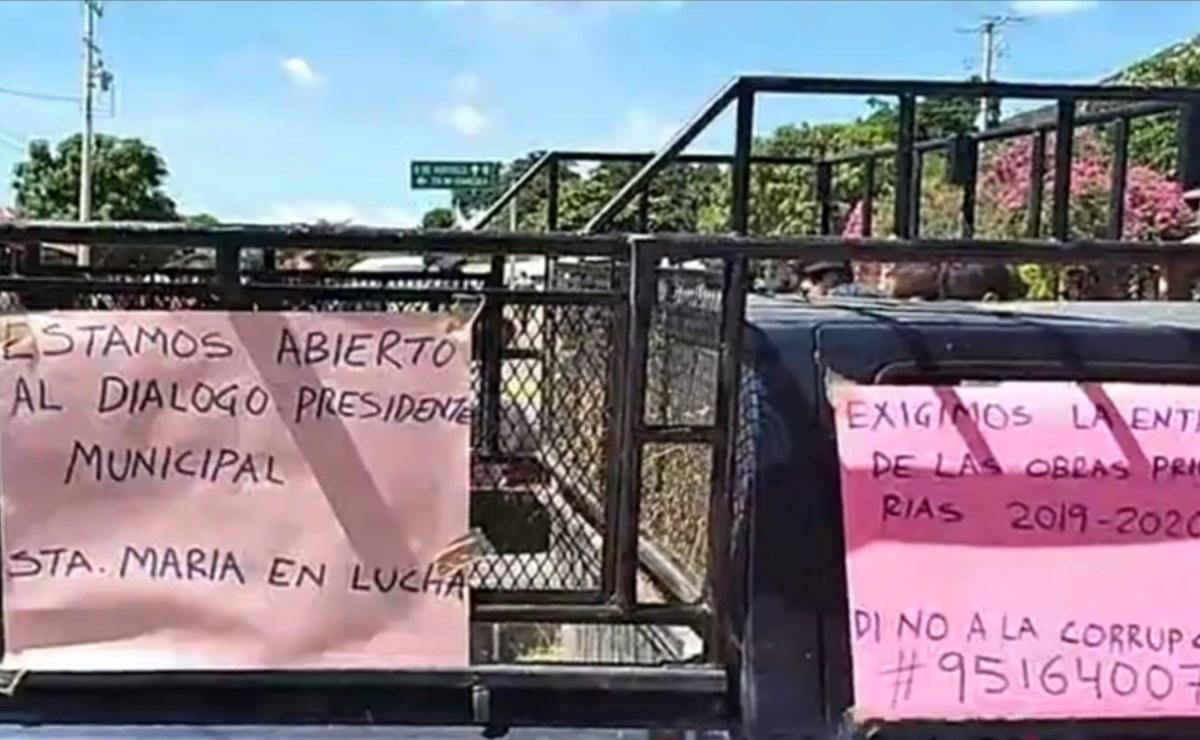 Quedan varados turistas por bloqueo de carretera a Huatulco; pobladores de Huamelula piden obras
