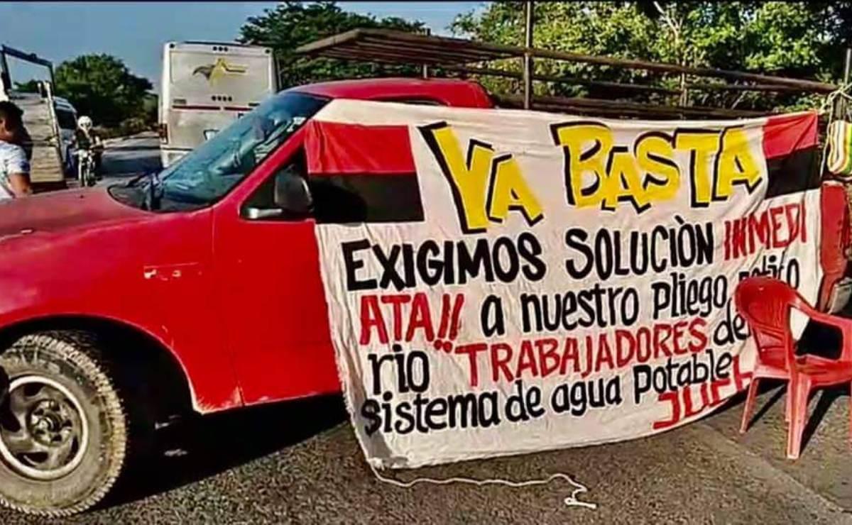 Trabajadores protestan contra la Comisión Estatal del Agua de Oaxaca; bloquean carretera en Juchitán