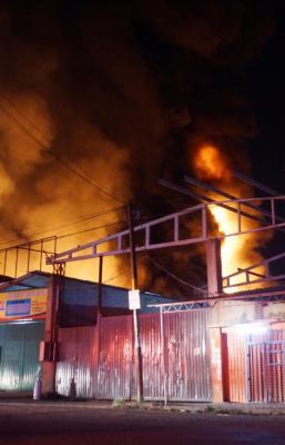 Auto se impacta en negocio de pinturas y desata fuerte incendio en San Sebastián Tutla, Oaxaca