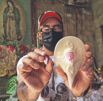 """En Miahuatlán, Oaxaca, practican el arte de """"poner carita"""" al pan del Día de Muertos"""