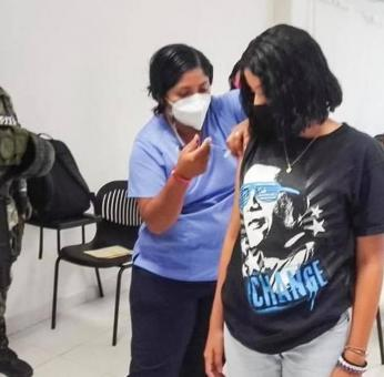 Inicia en Oaxaca vacunación antiCovid de menores de edad con comorbilidades; Yuliana fue la primera