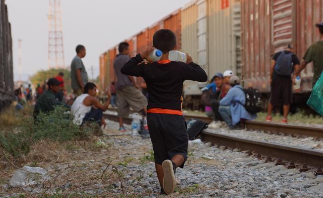 Migrantes esperan que salga La Bestia