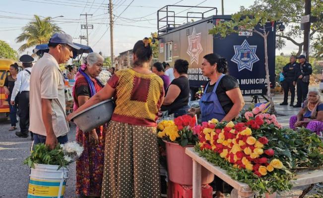 Desafían zapotecos al Covid-19 y a la Guardia Nacional: se reúnen para visitar a sus muertos en panteones