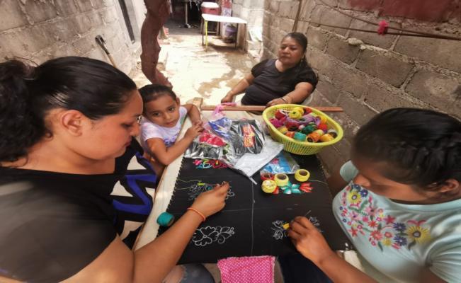 Bordando cubrebocas que llegan hasta a EU, juchitecas se salvan de la crisis y hacen frente a la pandemia