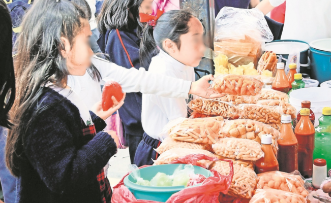 """Gobierno de CDMX analiza prohibir venta de comida """"chatarra"""" a menores de edad"""