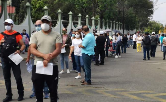Regresan aglomeraciones y largas filas a Oaxaca en vacunación antiCovid-19 a mayores de 50 años