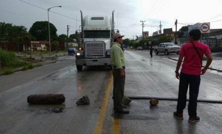 En Istmo, bloqueos de S-22 impiden paso a Veracruz y  Chiapas