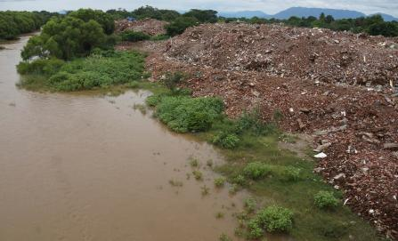 Tiran en río del Istmo escombros retirados de casas derribadas por sismo