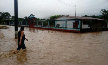 Se anegan municipios de la Cuenca por desbordamiento de ríos