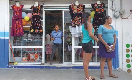Empeñan trajes tradicionales para afrontar la emergencia