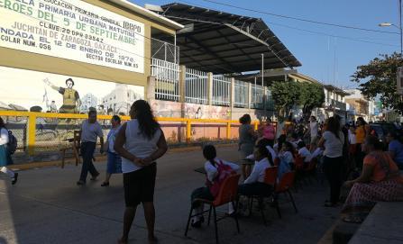 Protestan 19 escuelas en Juchitán con clases en la calle