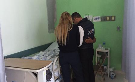 Visitan gobernador y esposa a lesionados por helicóptero