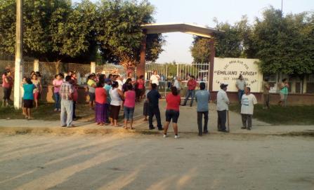 Maestros de la CNTE enfrentan a padres de familia en Tuxtepec