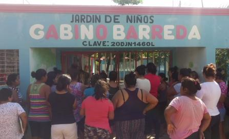 Madres de familia retienen a maestras de preescolar en La Ventosa