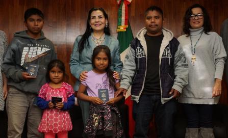 Dan pasaporte americano a 54 niñas y niños oaxaqueños