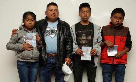 """Niñas y niños """"binacionales"""" reciben pasaporte americano en Oaxaca"""